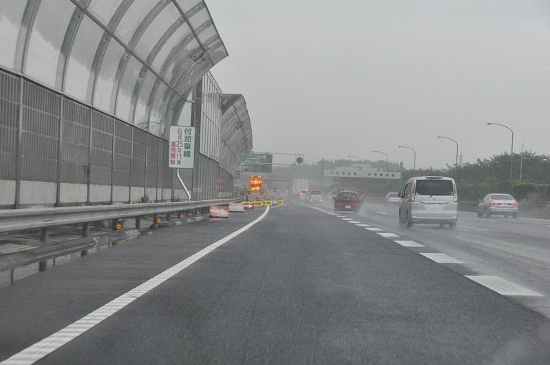 取材日(6月24日)は供用開始前の状態。東名へと合流しなければならない。東名の交通量が多いので注意が必要
