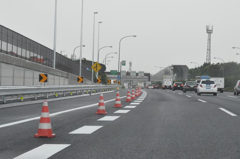 海老名SA出口前で付加車線は終了。ここで本線は通常の3車線となる