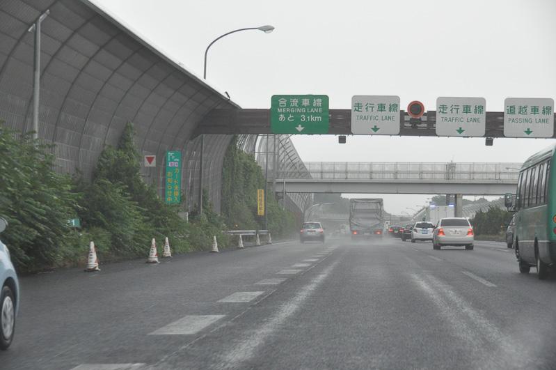 海老名SA出口を越えると、再び左に車線が現れる。海老名SA出口の加速車線だ