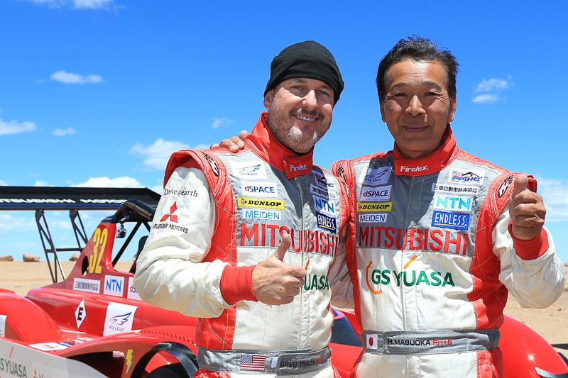 電気自動車改造クラスのチャンピオンとなったグレッグ・トレーシー選手(左)と、監督兼ドライバーの重責を担いつつ同クラス2位となった増岡浩氏(右)