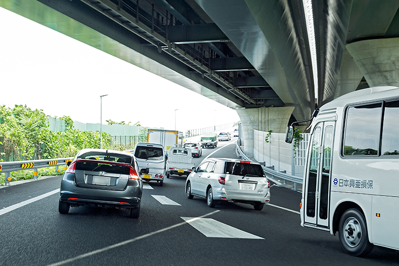 1車線になった後、東名高速(下り)方面から来るクルマとの合流が行われ、圏央道 外回りに入る。取材は平日で、午前中は渋滞が発生していた。午後には解消。観光バスやトラックなど、すでに圏央道シフトが始まっている感じだ