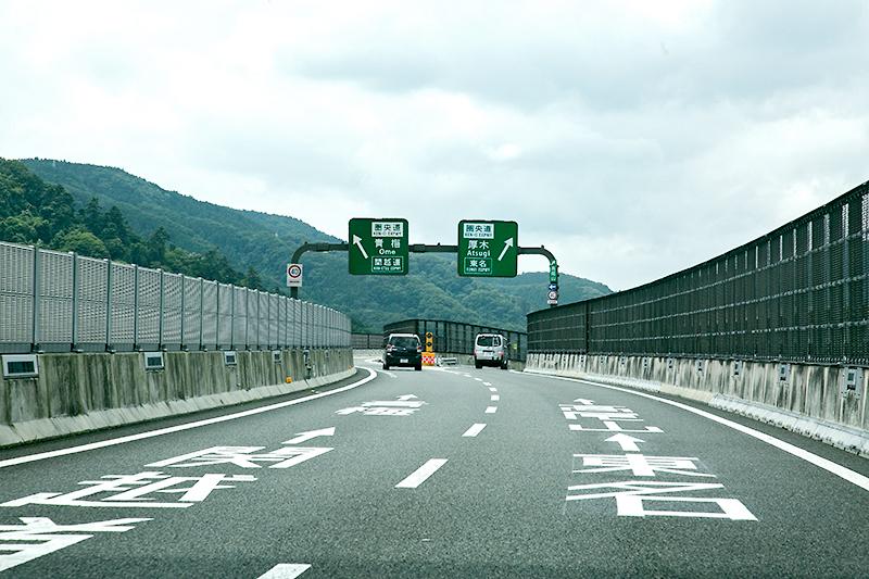 八王子JCT内の分岐。感覚的には、左が東名、右が関越なのだが、JCTの構造のため、左が関越、右が東名となっている。ここをスマートに通過できる否かで道路のスキルが問われる