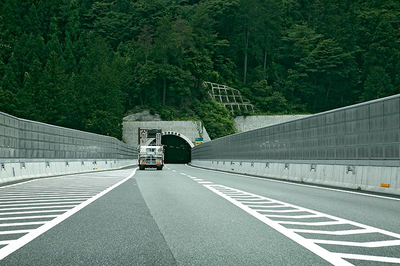 圏央道 内回りに合流。間もなく高尾山トンネルが見えてくる