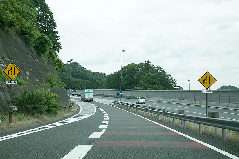 右に圏央道 内回りからの車線が現れる。外回りが内回りに合流するようになっていた。東名→中央、関越→中央の交通量を考えると、将来的に主車線の変更を行ったほうがよいのではと思える部分