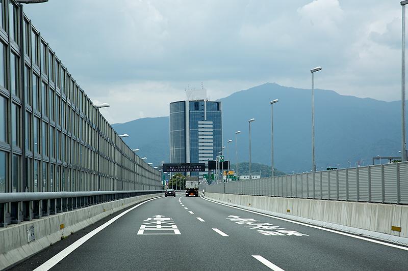 海老名JCT内で名古屋方面へ進路を取ると、進路を180度変えながら東名高速をまたぐ道路を走ることになる。この道路は途中で2車線へ