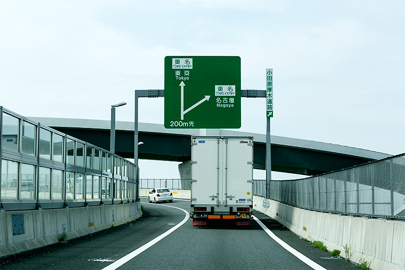 海老名JCT通過中。東京方面と名古屋方面が案内されている。小田原厚木道路の案内は分かりにくい部分