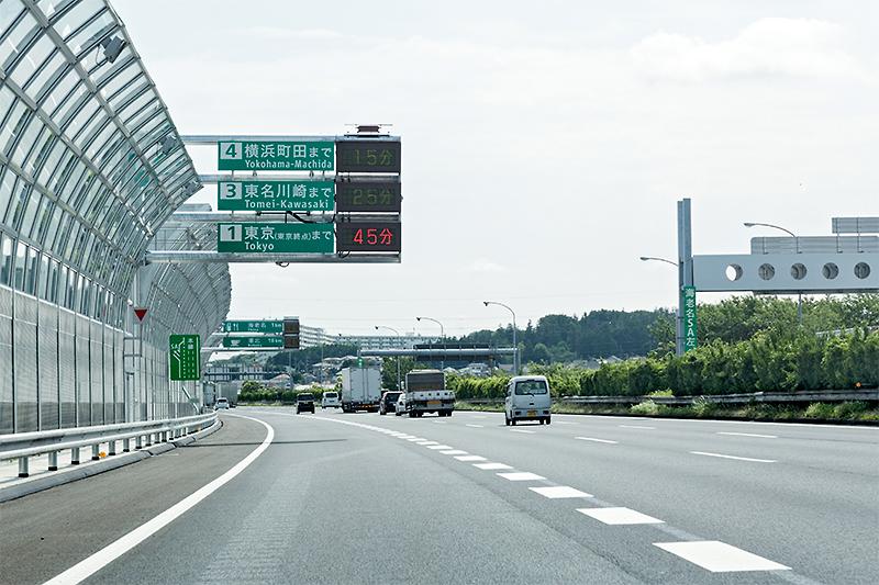 NEXCO中日本は海老名JCTの東名高速 上り合流区間に付加車線を追加。このまま左の車線にいれば海老名SAに入っていきやすい