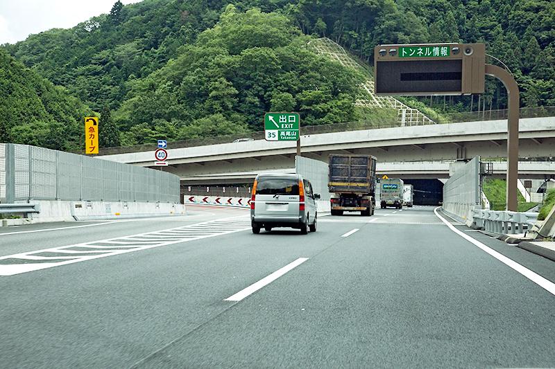 高尾山IC出口。いよいよここから新規開通区間へ