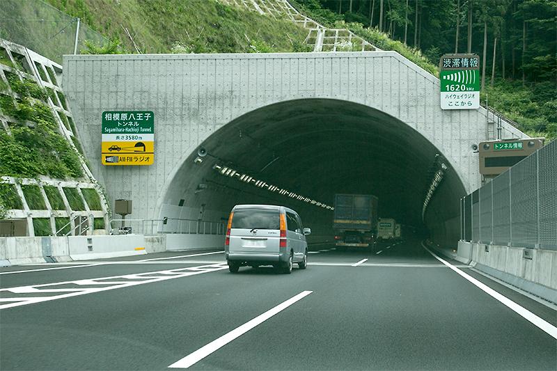 内回りの新規開通区間は相模原八王子トンネルから。外回りが3570m、内回りが3580mなので、内回りが新規開通区間を通じての最長トンネル