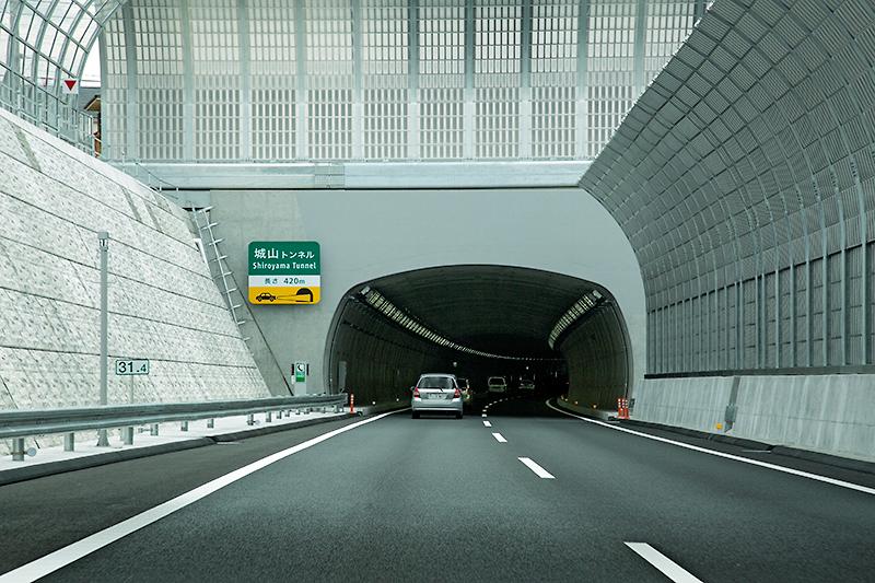 相模原八王子トンネルを通過すると次は城山トンネル