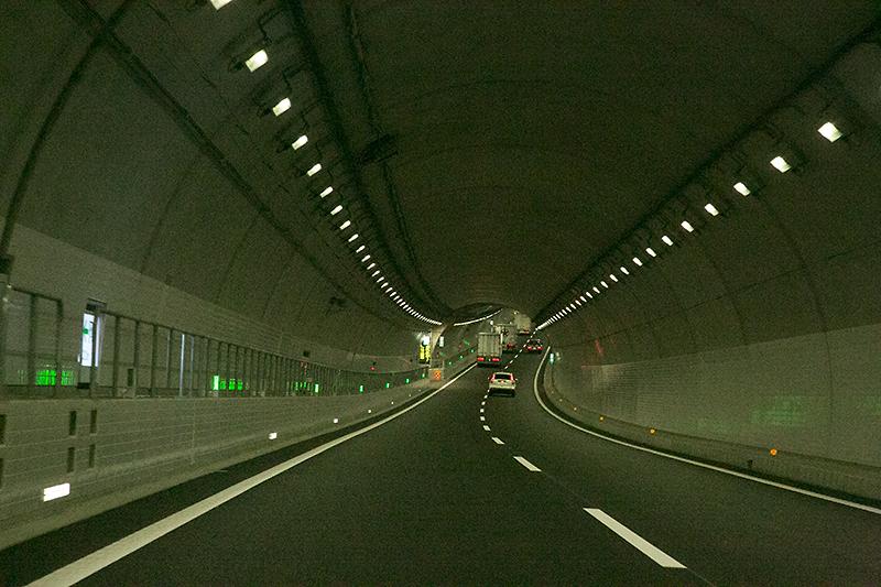 小倉山トンネル内部。トンネル内で下りから上りへと変化しているのが分かるだろうか。左の緑のLEDが速度低下を防ぐためのもの