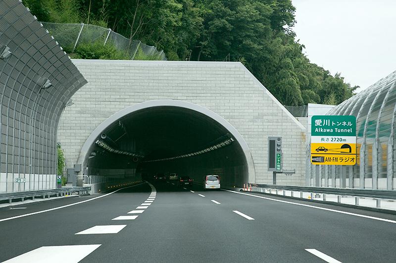 相模原愛川ICを越えたとこからが新規開通区間。左に加速車線が見えることで分かるように相模原愛川ICから圏央道 外回りに入るとすぐに2720mの愛川トンネルが始まる