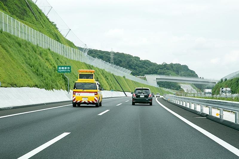 愛川トンネルを越えると開放感のある道路が広がる