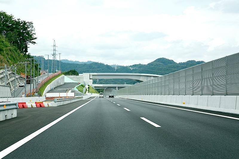 小倉山トンネルを越えると、開通前にウォーキングイベントの行われた相模原IC付近が見えてくる。相模原ICは年度内に開通のため、現在工事中