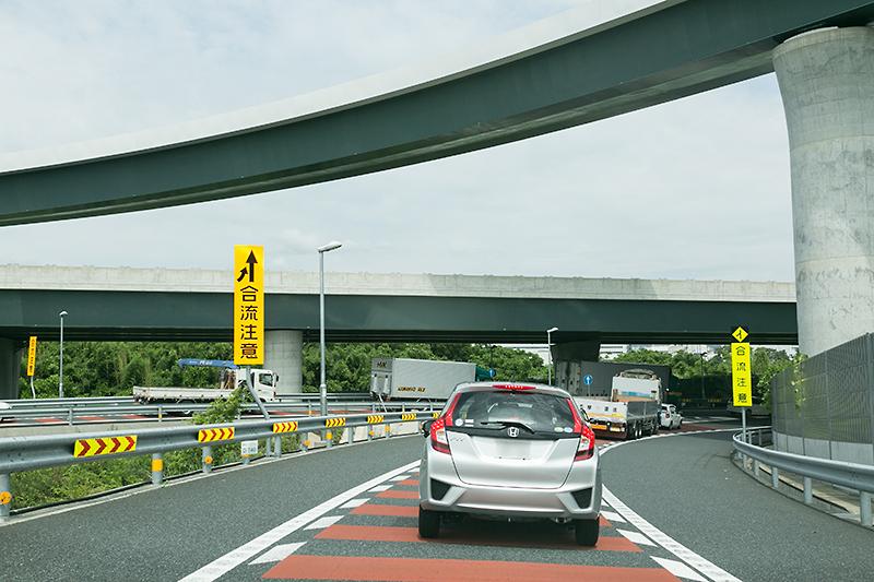 左から東名高速 上り、小田原厚木道路、厚木ICからの流入車両が加わる。1車線に合流させるため渋滞の先頭になっていた