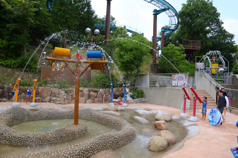 自然の地形を生かし、山、川、滝などのさまざまな水遊びができる「アドベンチャープール」