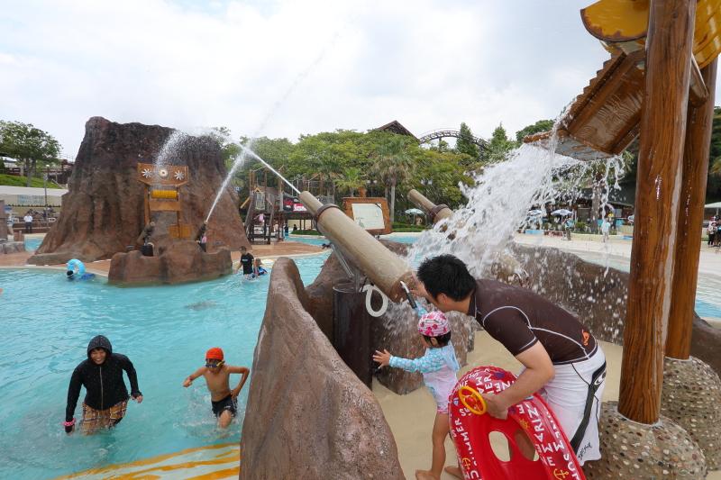 洞窟あり、滝あり、対戦型アトラクションありと、冒険心をくすぐる多彩な仕掛けを用意。親子で一緒に楽しめる施設も多い