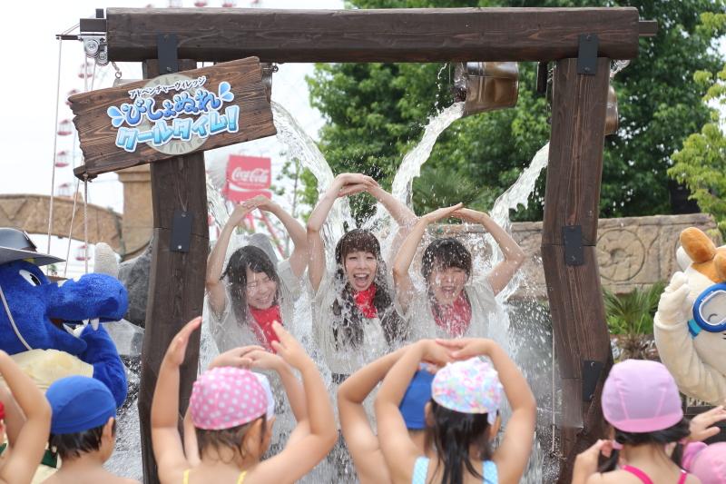 鈴鹿サーキットのオリジナルキャラクター「コチラ」ファミリーと一緒に記念撮影できる「びしょぬれクールタイム」では、頭上のバケツにたまった水が一気に降り注ぐ。今までにはないちょっと変わった夏の思い出が残せるだろう