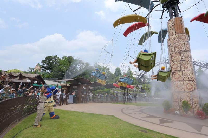 空中をくるくる回るアトラクション「パラ・セイラー」に向かって、「コチラ」ファミリーやクルーが一斉放水する「びしょぬれライド」