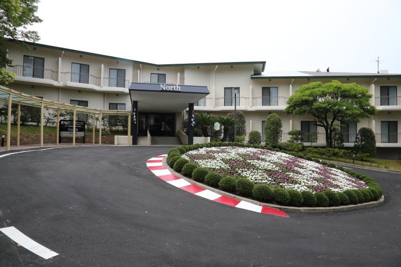 鈴鹿サーキットホテルのノース館がリニューアルオープン。ロータリーにはサーキット同様の縁石が設けられ、サイズや角度は鈴鹿サーキットのコースと同じように忠実に再現したというこだわりよう