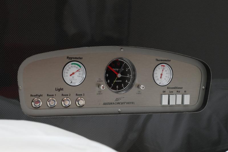 シモンズ社のハイグレードマットレスを採用したベットのまわりにも、モータースポーツを感じさせるオリジナルの演出が見られる