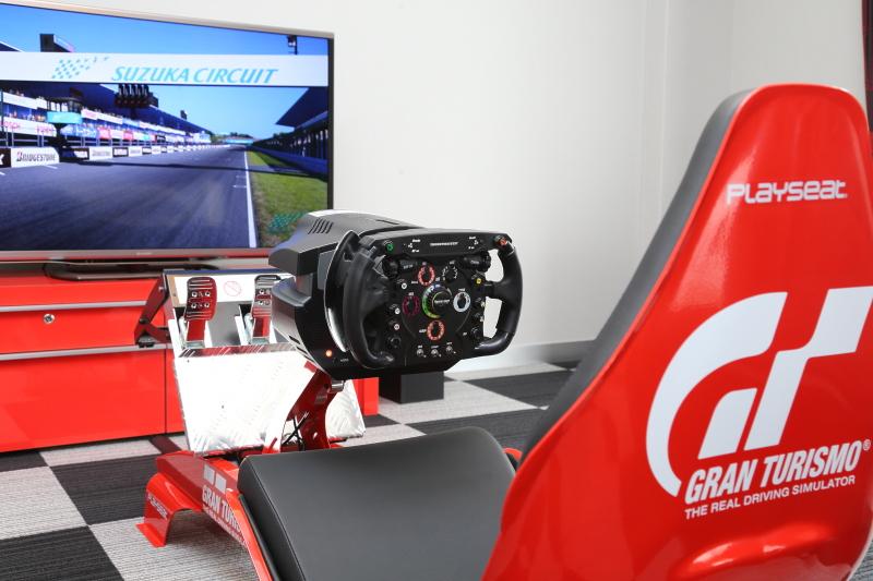 スイートルームにはグランツーリスモ6とイタリアから取り寄せたプレイシートを設置。コースは鈴鹿サーキットとツインリンクもてぎの2種類のみ