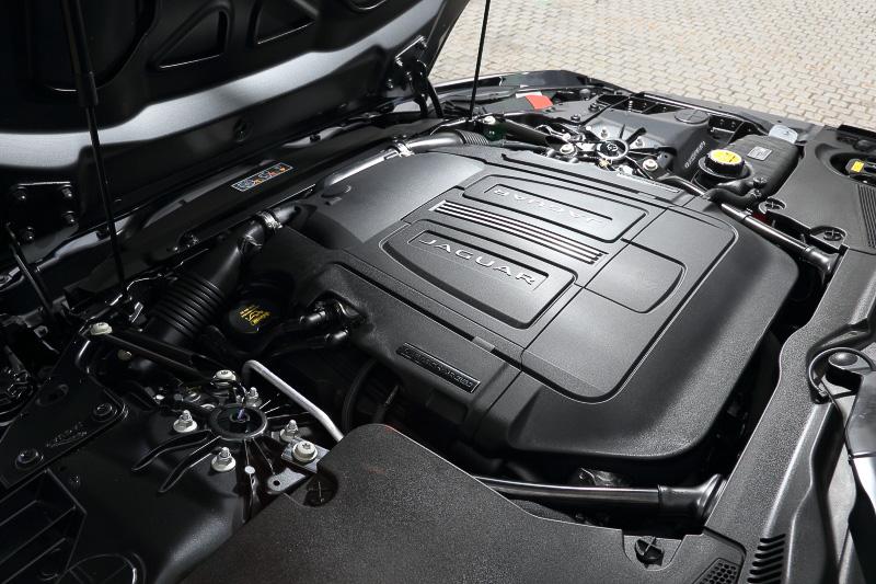 Fタイプ R クーペのV型8気筒DOHC 5.0リッタースーパーチャージャーエンジンは最高出力495kW(550PS)/6500rpm、最大トルク680Nm/2500-5500rpmを発生。0-100km/h加速は4.2秒、最高速は300km/hとアナウンスされている。ホイールはオプションの20インチカーボンファイバーホイールを装備するほか、380mmのフロントディスクと376mmのリアディスク、レッドキャリパーで構成されるブレーキシステムが付く
