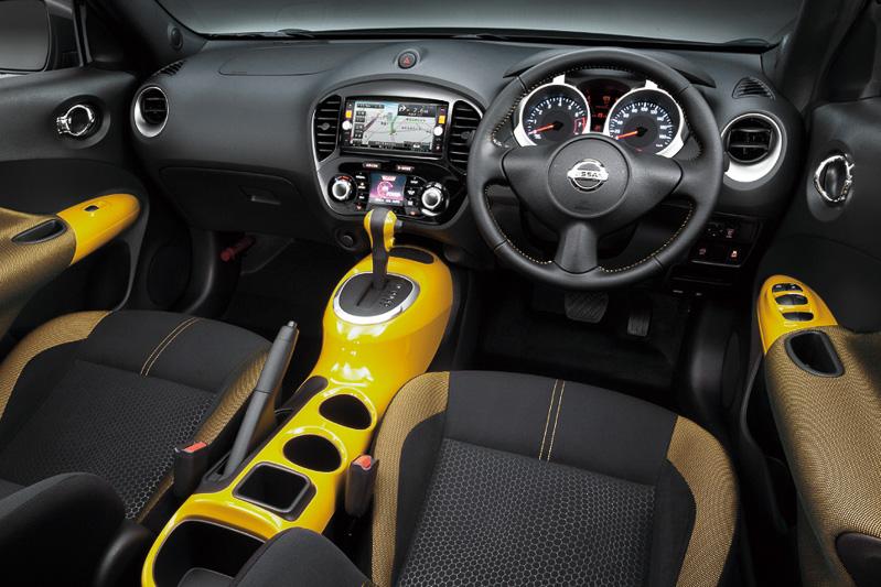 パーソナライゼーション車両では、インテリアのセンターコンソール、トリム類、シート表皮をイエロー(左)、ホワイト(右)などから選べる