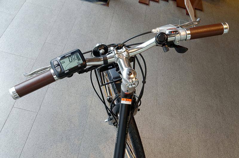 ハンドルには電動アシストの切り替え機能を備えるだけでなく、バッテリー残量、速度、消費カロリーなども表示する「液晶マルチファンクションメーター」を装備