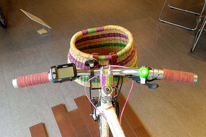 カゴ、サドル、チェーンやペダルを交換。トップチューブなどに手編みのカバーを巻いて、ガーリーな雰囲気を演出している