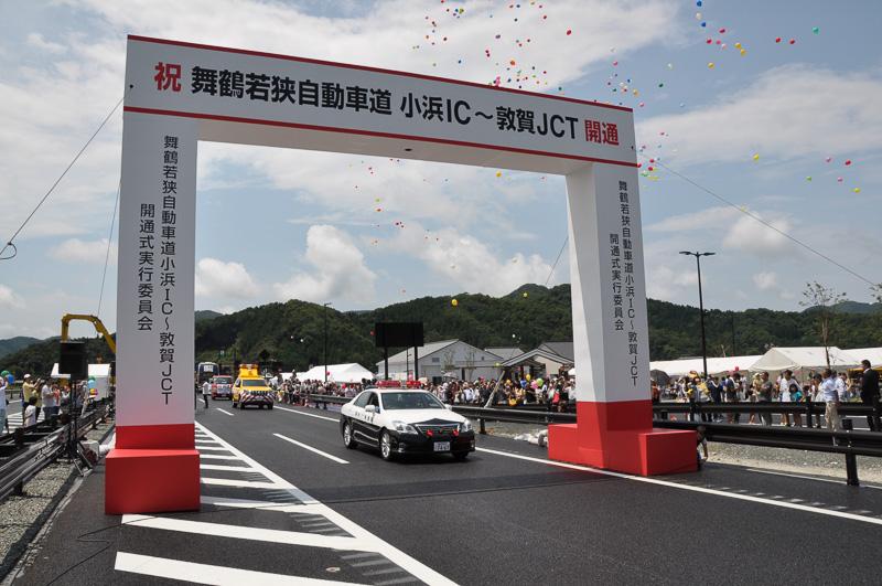 福井県警のパトカーが先頭