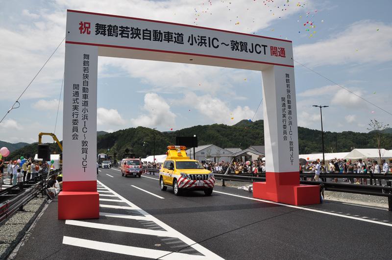 NEXCO中日本の車両が続く