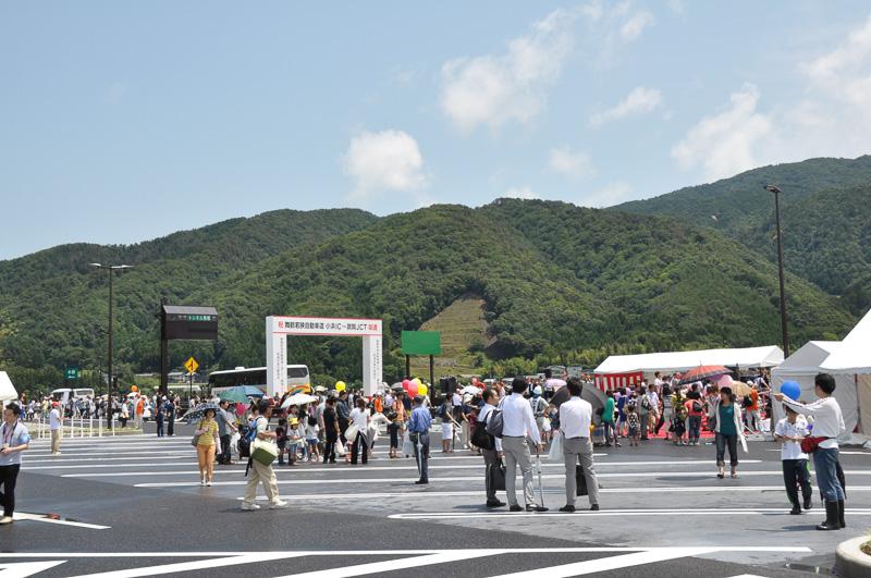開通前のイベントが開かれていた三方五湖PA。そのため、一般参加者も通り初め式を祝う