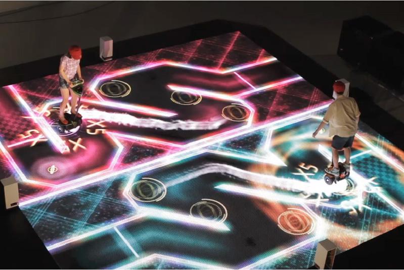 光で描かれるコースの走行で次世代モビリティの走行感覚を体験できる