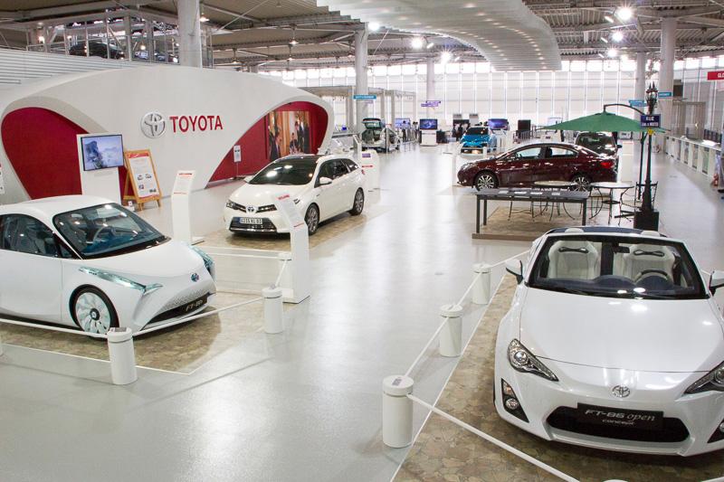 フランスをイメージしたフロアにコンセプトカーや欧州販売車などを展示
