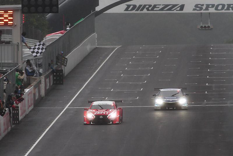 1号車がぶっちぎりでチェッカー。17号車は0.3秒差でラップダウンのままチェッカーとなった