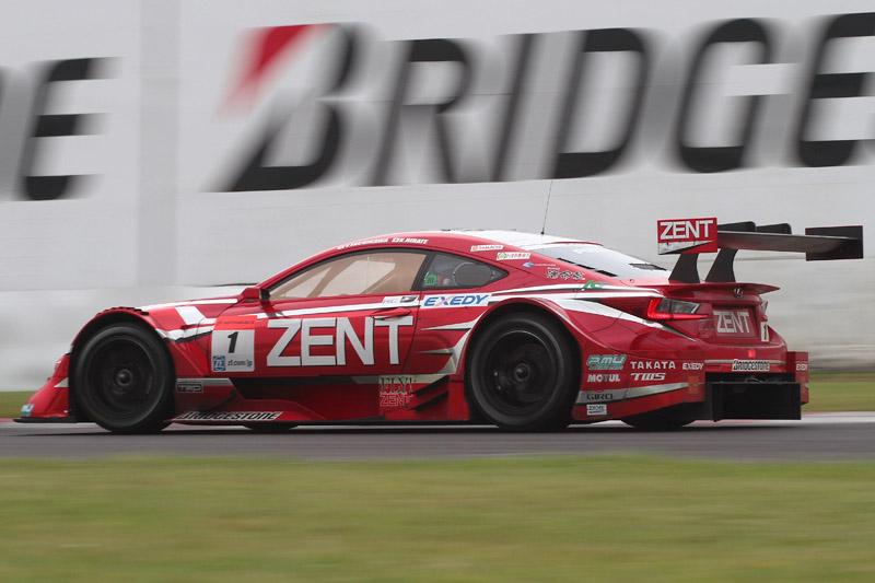 優勝した1号車 ZENT CERUMO RC F(立川祐路/平手晃平)。今回はブリヂストンのスリックタイヤがチョイ濡れ路面で性能を発揮し、表彰台を独占した