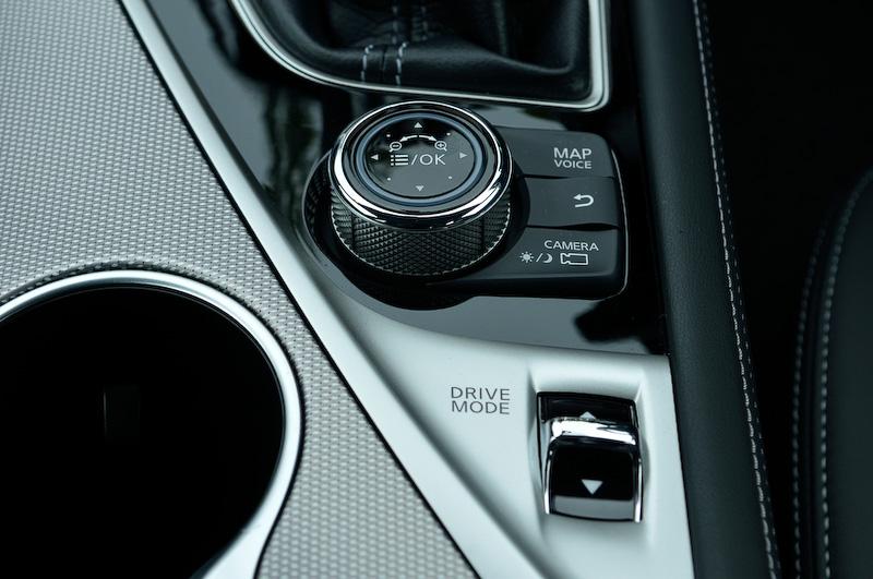 設定などの操作に利用するダイヤル形状のマルチファンクションスイッチ。手前はドライブモードセレクターのスイッチ