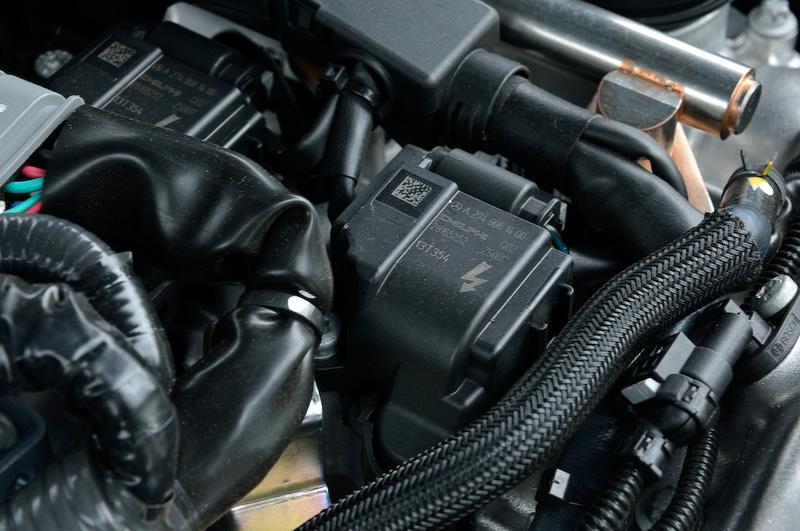 エンジンのヘッドカバーを外してみるとタービンがよく見える。シール類などを見るとスリーポインテッドスターのマークがあるのに気付く