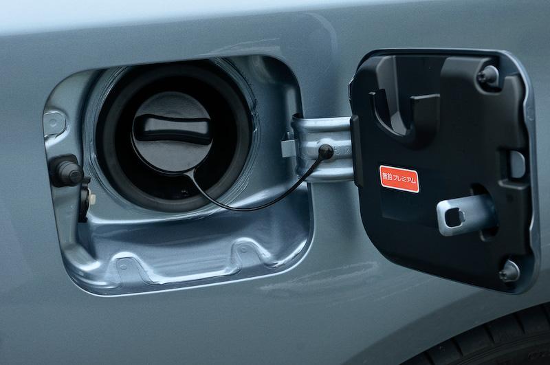 使用燃料は無鉛プレミアムガソリン。タンク容量は350GTが70Lなのに対し200GT-tは80L