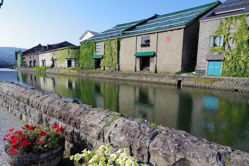 小樽運河にて。運河沿いの石造倉庫群の外観は当時のままとなっており、現在はレストランの運営などに使われているそうな