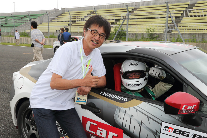 強豪揃いの中にあって14位というまずまずの結果だった予選。86の開発者である多田哲哉氏も十勝にいらっしゃっていたので、決勝前に記念撮影させていただきました