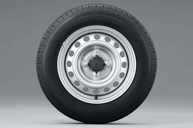 最上位グレードのF/TXは樹脂フルキャップ付きのブラック塗装スチールホイール(左)、そのほかのグレードではセンターキャップを備えるシルバー塗装スチールホイール(右)を採用。タイヤサイズは全車155/80 R14