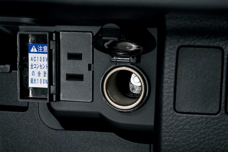 マルチホルダーはアジャスター付きで、固定したままでもスマホをある程度操作できるほか、下側の空間からケーブルを通して充電したり、純正ラジオのAUX端子に接続することも可能。マルチホルダーのすぐ下にアクセサリーソケットを配置し、オプションでAC100V 100Wアクセサリーソケットを増設できる