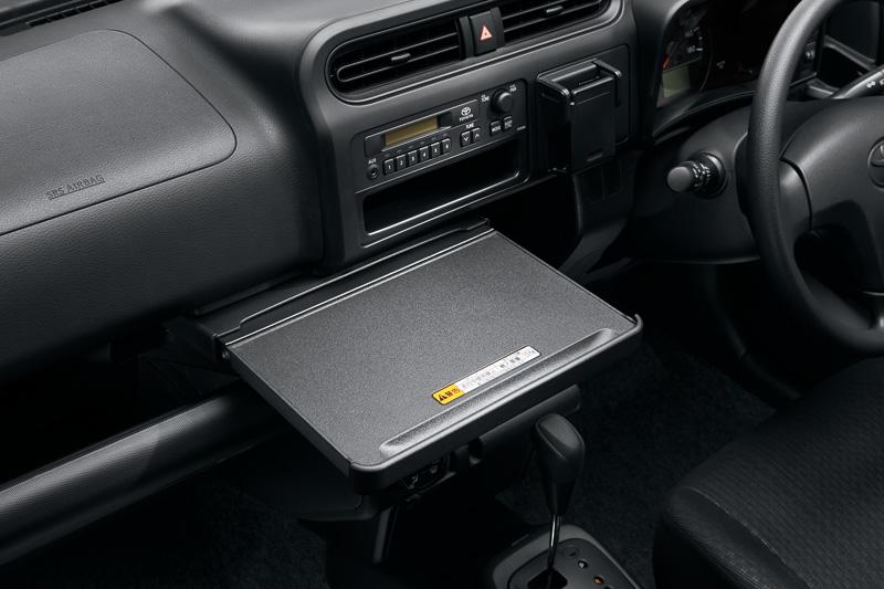 スライド格納式のインパネテーブルはパソコンを置いて作業したり、お弁当箱を置くスペースなどにも活用できる。設置場所を高めて使い勝手を向上させた