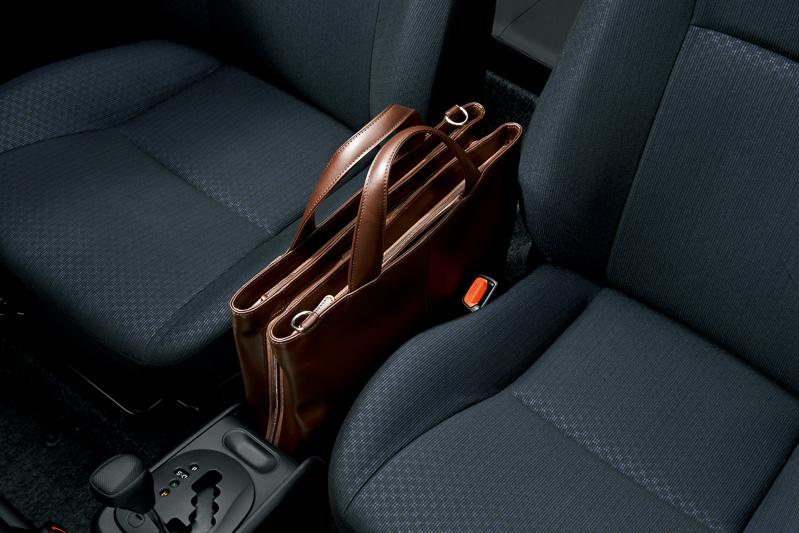 ビジネスバッグなどを縦置きできるセンターコンソール。パーキングブレーキはサイドブレーキから足踏み式に変更された