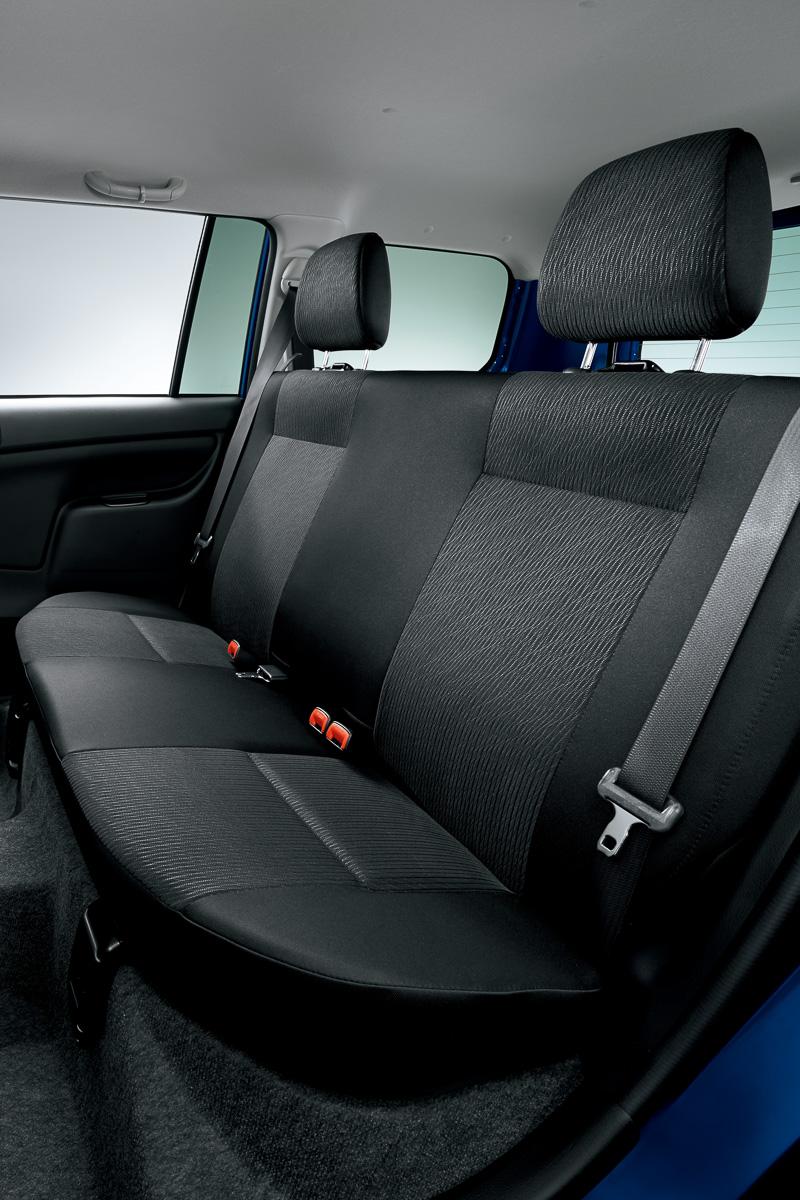 プロボックス Fのリアシートは、先に座面を前方に引き起こし、空いたスペースにシートバックを倒すシートバック一体可倒 クッション引き起こし式を採用。ヘッドレストを備え、クッションに厚みを持たせられるのでリアシートの座り心地は良好。その半面、格納時には引き起こした座面の分だけ荷室容量がスポイルされる