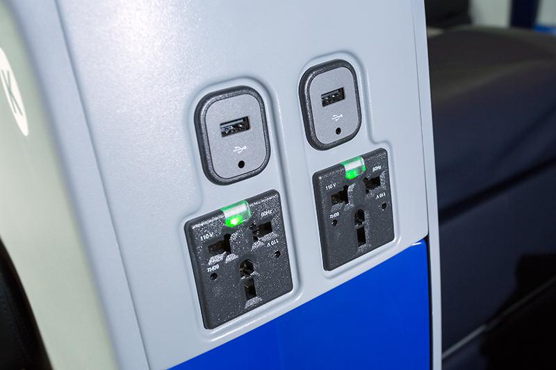 電源はユニバーサルコンセントと、USB電源を用意