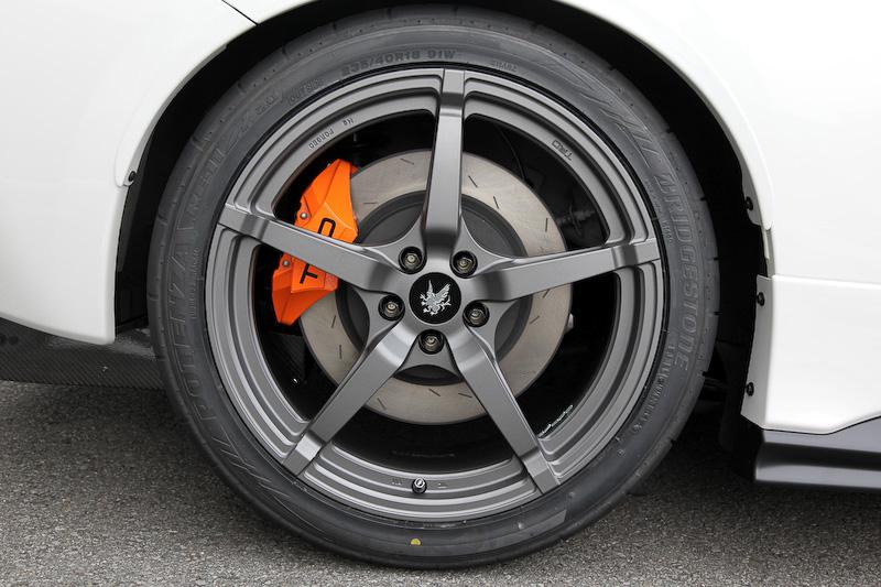 ホイールは専用の18インチ(8.5幅)マグネシウム鍛造ホイールで、Griffonのエンブレムがセンターキャップに描かれる。ブレーキは新開発のモノブロックキャリパーで、フロント4ピストン、リア2ピストン。ローターはフロントが2ピースで、リアが1ピースの組み合わせ。元々ボディー自体が軽いので、オーバースペック気味とか