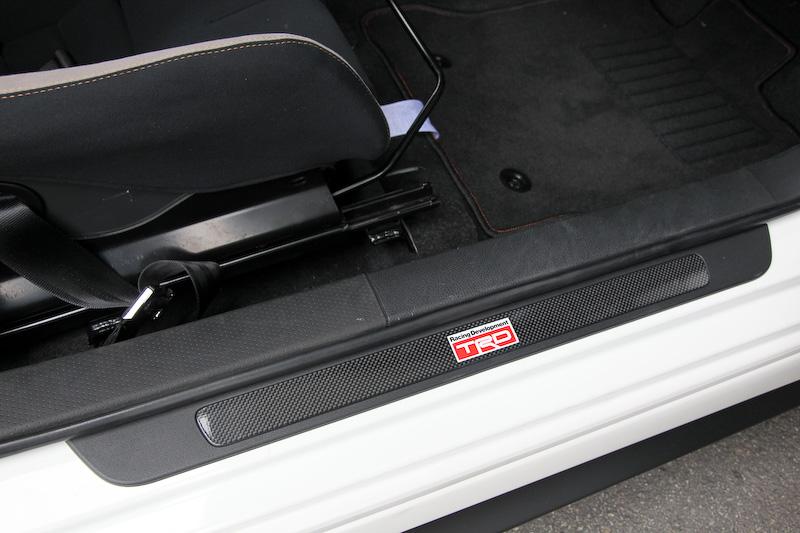 スカッフプレートやフロアマットも専用品。フロアマットはTRDのロゴ入りで、足下からレーシーな雰囲気を演出